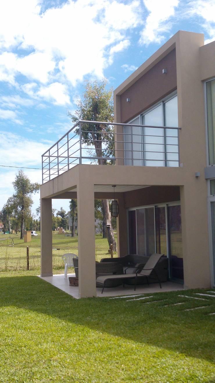 Casa en Barrio Cerrado: Terrazas de estilo  por Grupo PZ
