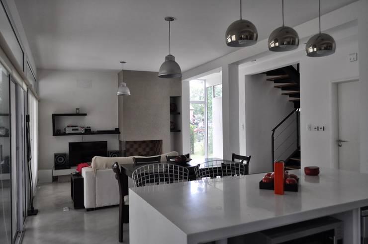 Casa 320: Comedores de estilo moderno por Baltera Arquitectura