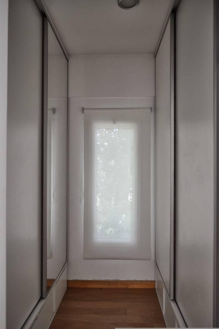 Casa 320: Ventanas de estilo  por Baltera Arquitectura
