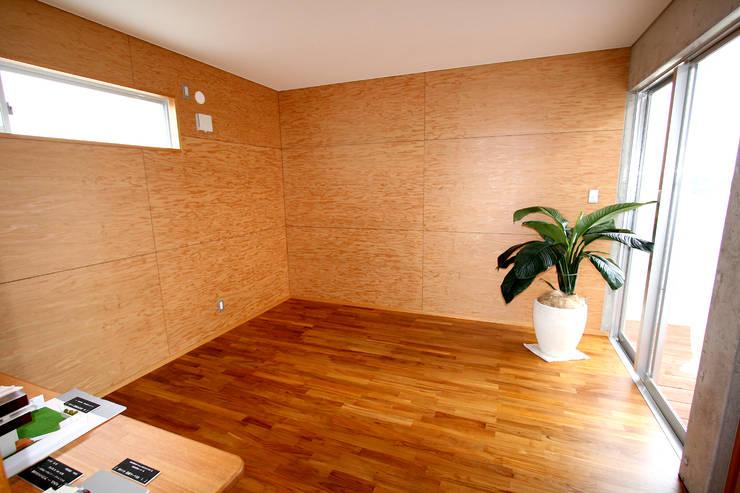 ベッドルーム: Arms DESIGNが手掛けた寝室です。