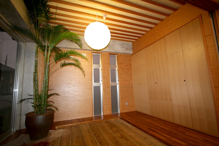 和室: Arms DESIGNが手掛けた寝室です。