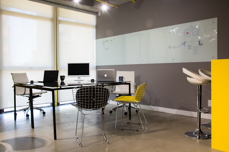 Escritório com clima POP: Escritórios  por La Idea Arquitetura e Design