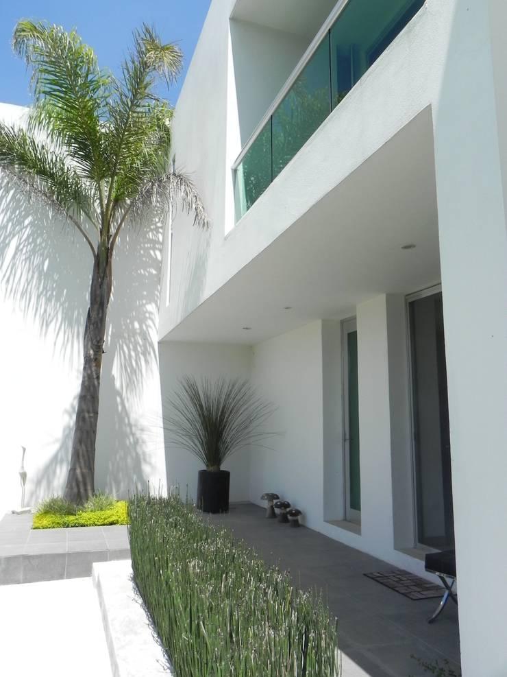 CASA ZAGO Balcones y terrazas minimalistas de ARKIZA ARQUITECTOS by Arq. Jacqueline Zago Hurtado Minimalista