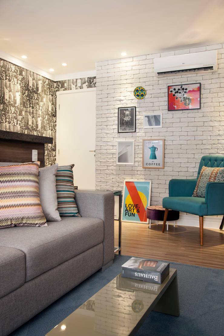 Sala de TV Home: Sala de estar  por Biarari e Rodrigues Arquitetura e Interiores