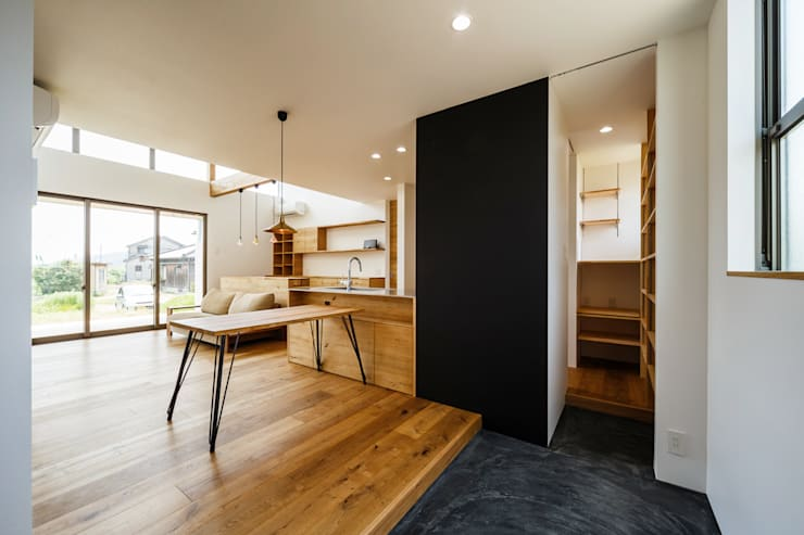 Pasillos y vestíbulos de estilo  por 一級建築士事務所haus