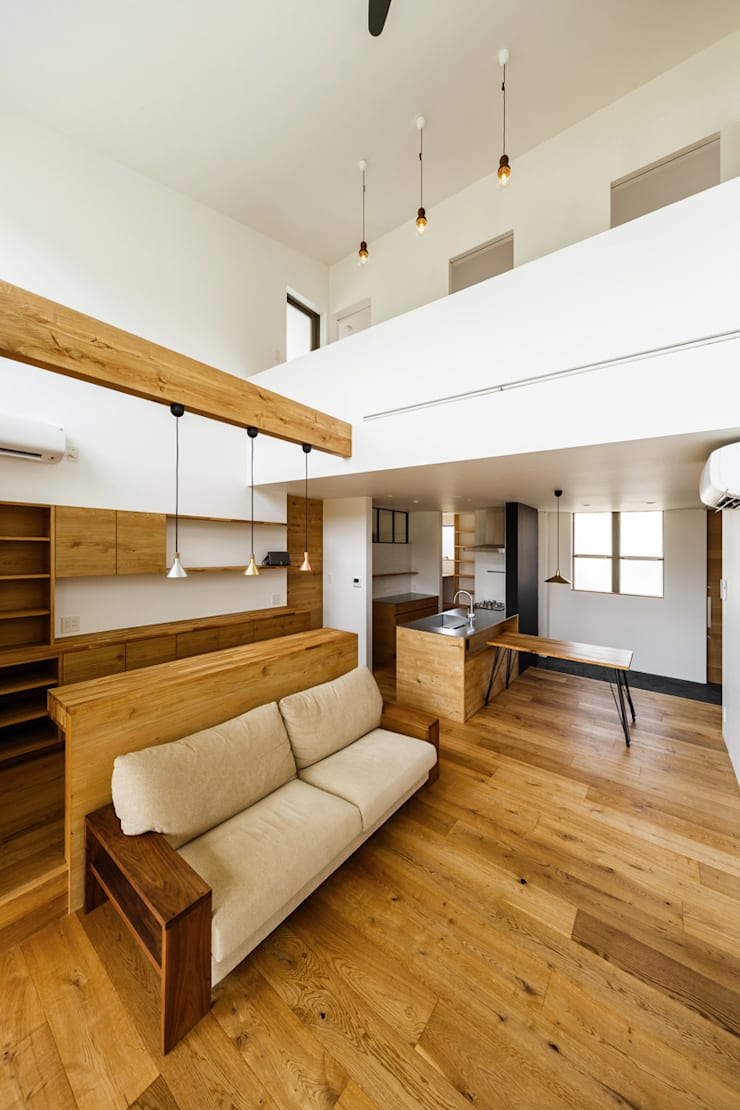 haus-turf: 一級建築士事務所hausが手掛けたリビングです。,