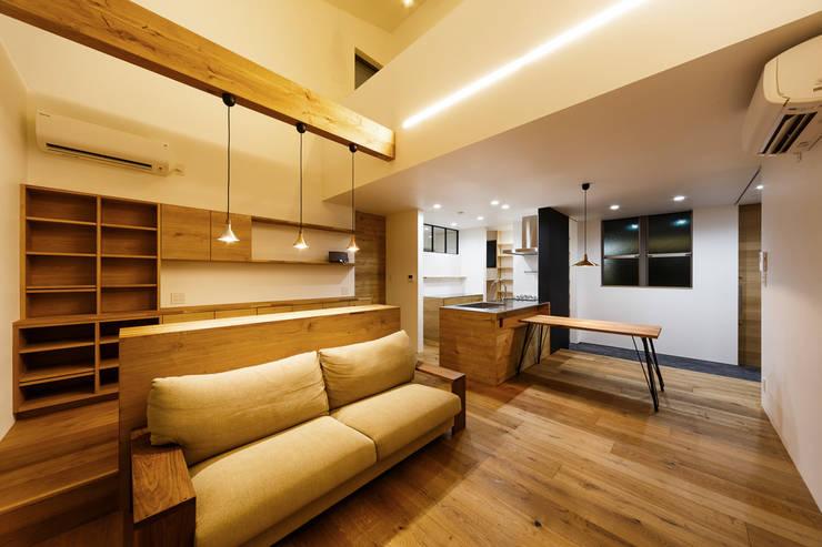 haus-turf: 一級建築士事務所hausが手掛けたリビングです。