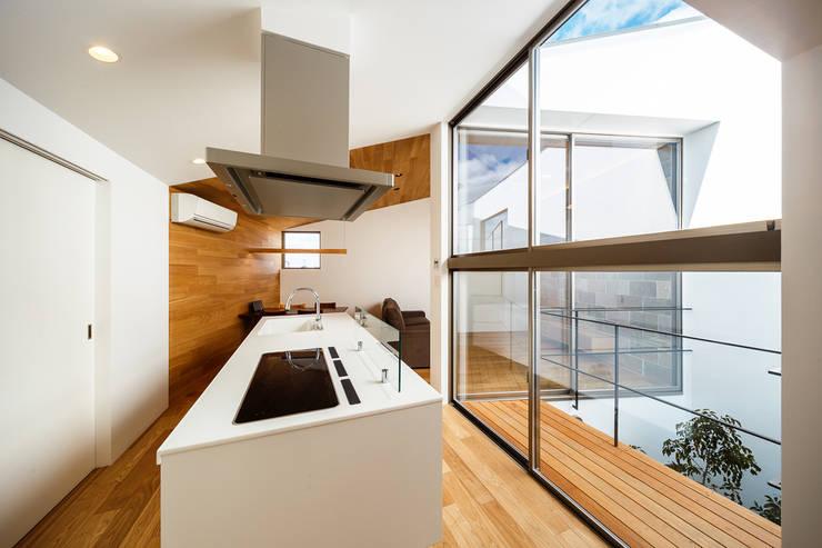 Cozinhas escandinavas por 一級建築士事務所haus