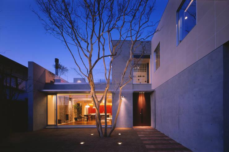 FACADE    百日紅の家   RC造高級注文住宅: Mアーキテクツ 高級邸宅 豪邸 注文住宅 別荘建築 LUXURY HOUSES   M-architectsが手掛けた家です。