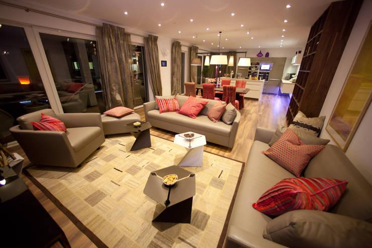 Salas de estilo moderno por ELK Fertighaus GmbH