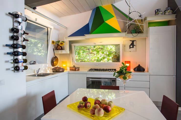 la zona cucina : Cucina in stile  di RoccAtelier Associati