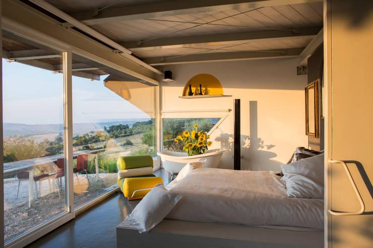 la zona letto: Camera da letto in stile  di RoccAtelier Associati
