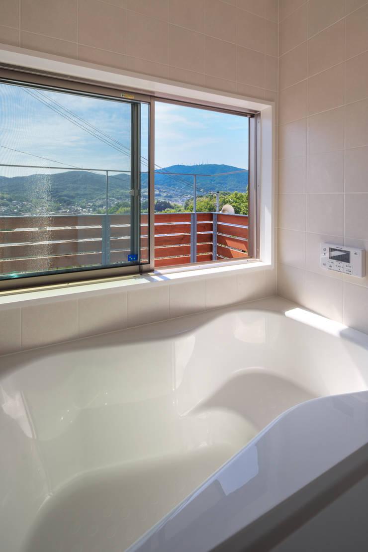 Bathroom by 建築工房 at ease, Modern