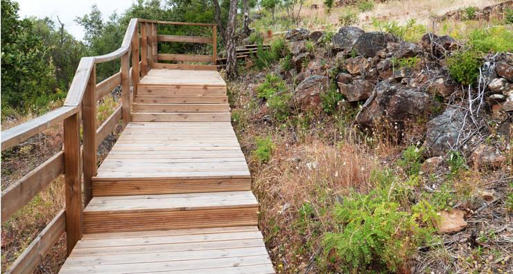 Escadas em madeira: Terraços  por OpenGreen