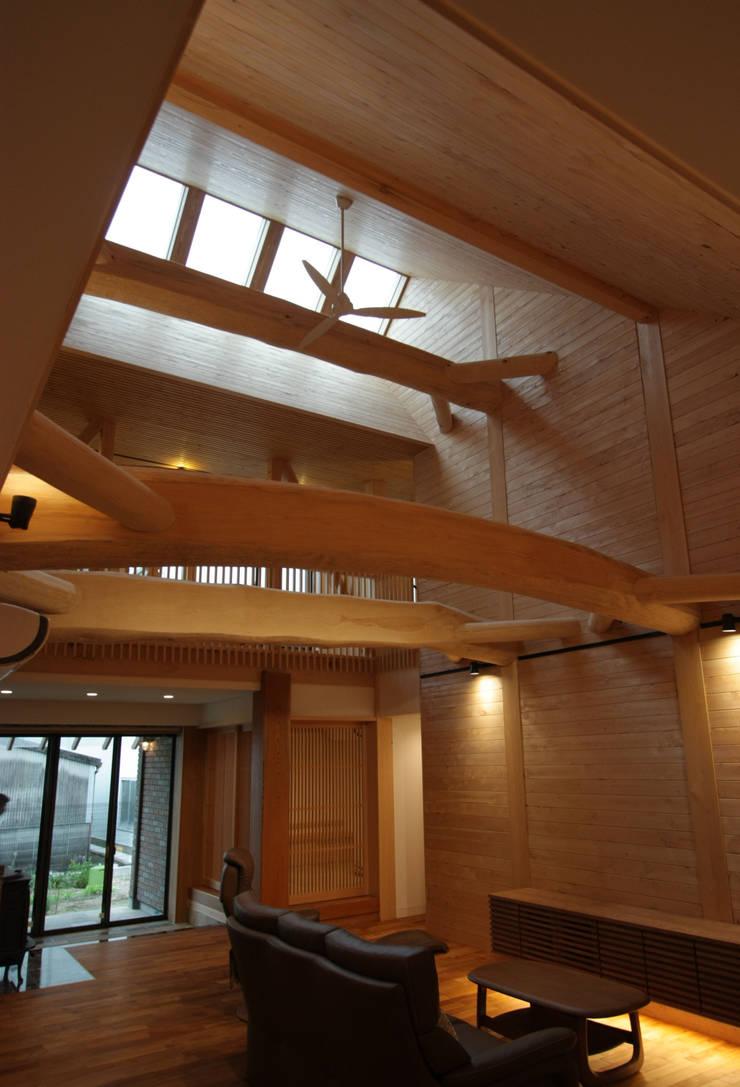 リビング: 一級建築士事務所 ヒモトタクアトリエが手掛けたリビングです。
