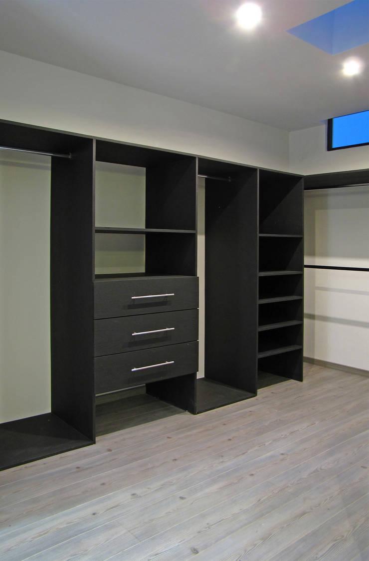 Vista Interior- Vestidor: Vestidores y closets de estilo  por Estudio Meraki
