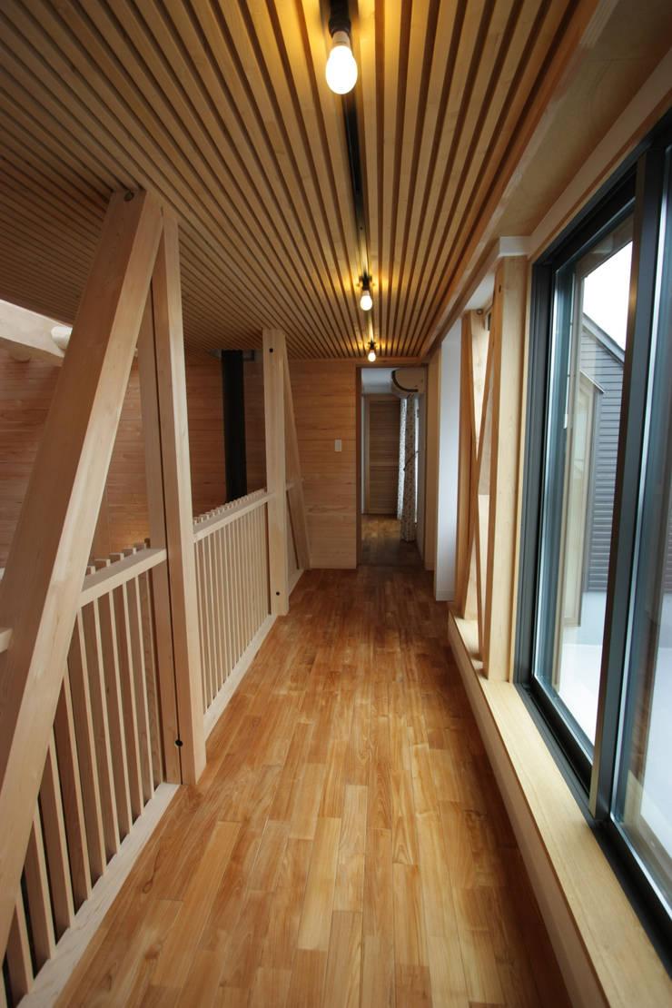 2階ギャラリー: 一級建築士事務所 ヒモトタクアトリエが手掛けた廊下 & 玄関です。