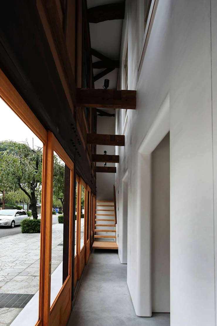 階段: 一級建築士事務所 ヒモトタクアトリエが手掛けた廊下 & 玄関です。