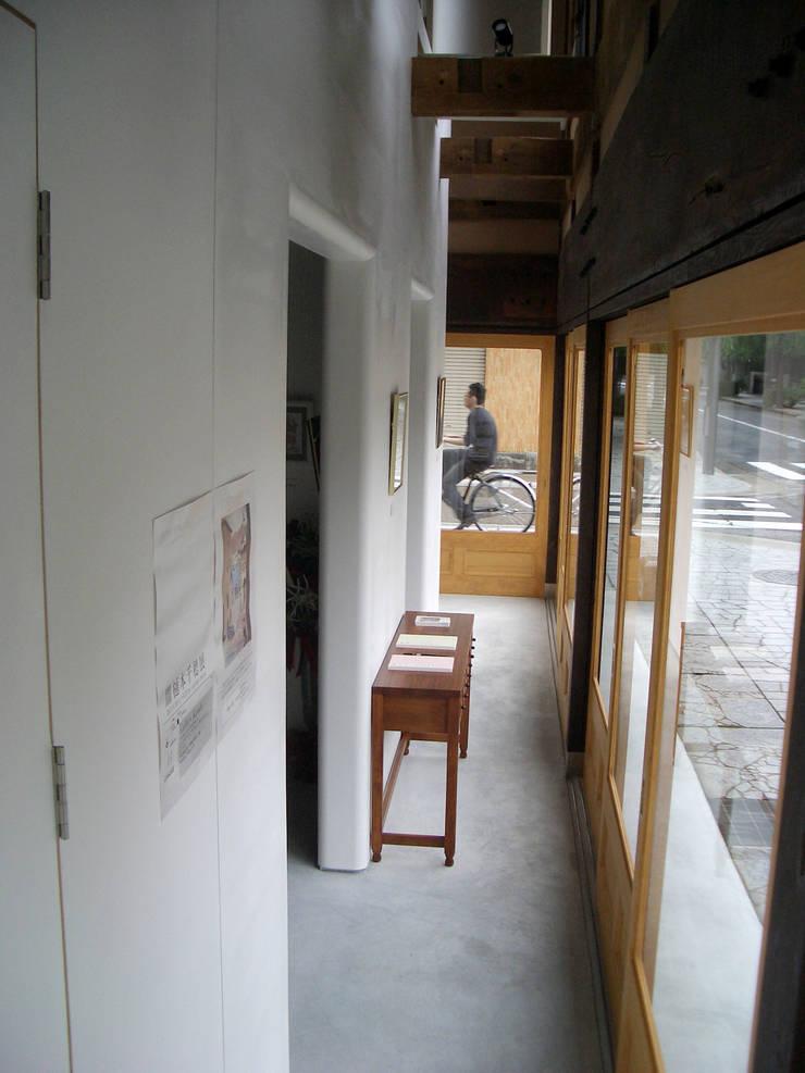 ギャラリー: 一級建築士事務所 ヒモトタクアトリエが手掛けた廊下 & 玄関です。