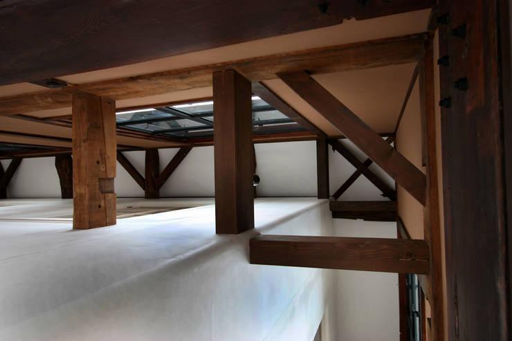 ―表皮と芯―: 一級建築士事務所 ヒモトタクアトリエが手掛けた廊下 & 玄関です。