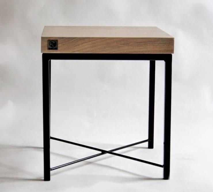 """Stolik ekspozycyjny ze stali i dębu """"ELFIN"""": styl , w kategorii Sypialnia zaprojektowany przez NordLoft - Industrial Design"""