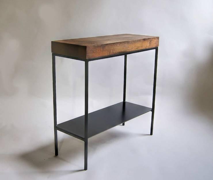 """Konsola modernistyczna ze stali i dębu """"TOWER"""": styl , w kategorii  zaprojektowany przez NordLoft - Industrial Design,Minimalistyczny"""