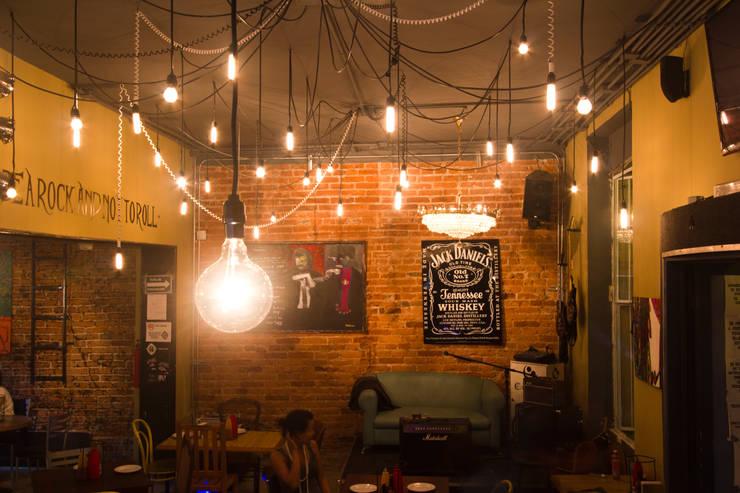 Pizza del Perro Negro Roma: Restaurantes de estilo  por Metro arquitectos