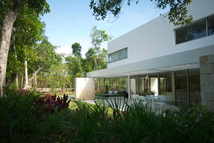 Casa entre Arboles: Jardines de estilo  por Enrique Cabrera Arquitecto