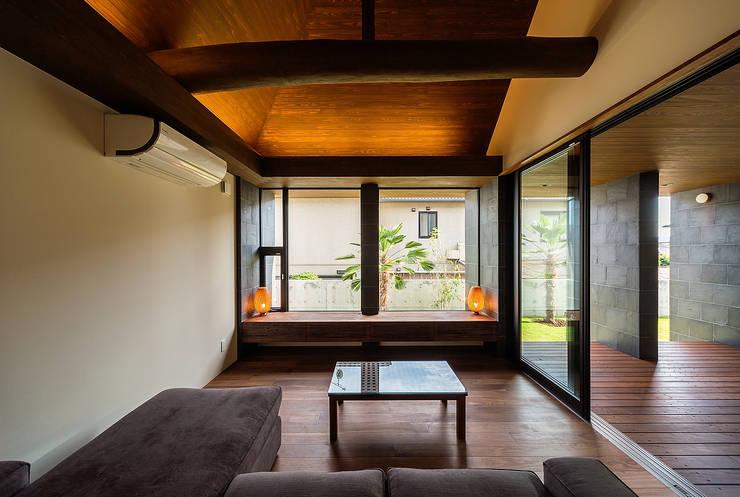 Salas de estar  por 一級建築士事務所haus