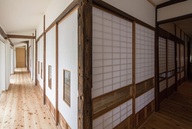 築100年の古民家再生 廊下: 【快適健康環境+Design】森建築設計が手掛けた窓です。