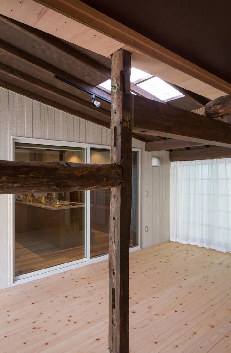 築100年の古民家再生 柱と梁: 【快適健康環境+Design】森建築設計が手掛けたガレージです。
