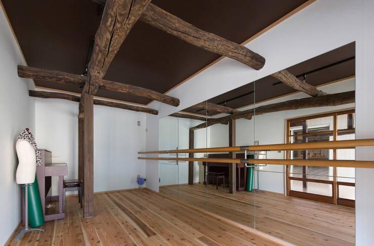 築100年の古民家再生 趣味室: 【快適健康環境+Design】森建築設計が手掛けた和室です。