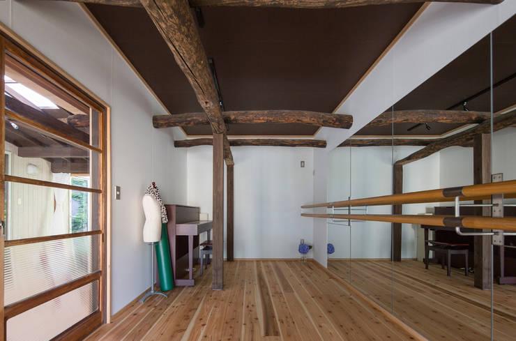 築100年の古民家再生 趣味室正面: 【快適健康環境+Design】森建築設計が手掛けた和室です。