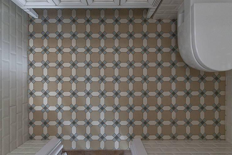 Ванная комната в американском стиле, керамогранит на сетке.:  в . Автор – студия Дизайн Квадрат