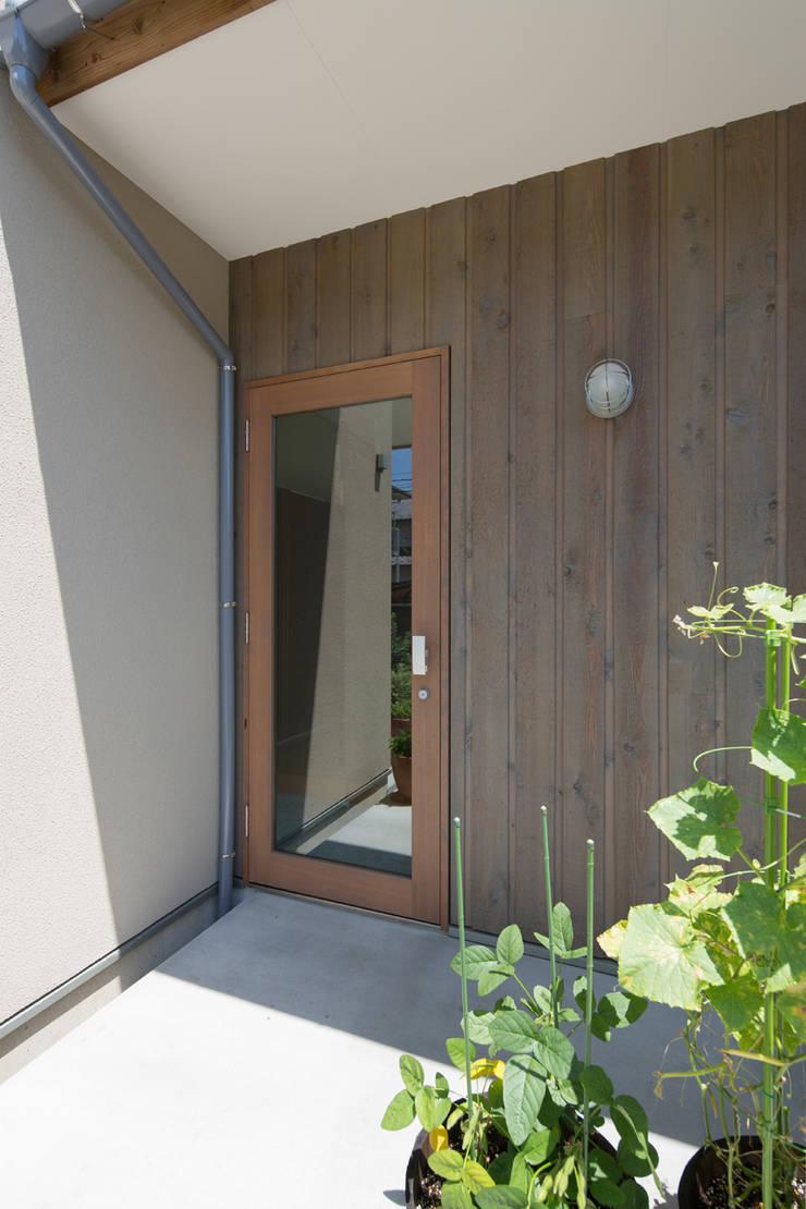 横浜の二世帯住宅 玄関ドア: 【快適健康環境+Design】森建築設計が手掛けた窓です。