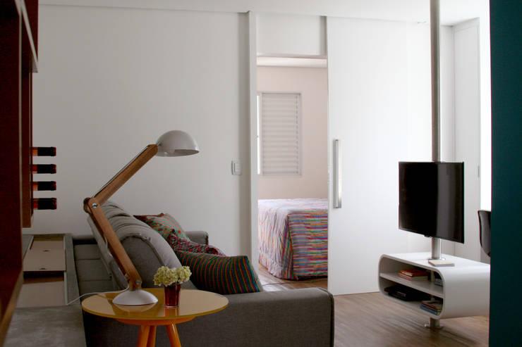 Espaços integrados 1: Salas de estar modernas por verso arquitetura
