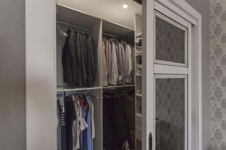 Спальня в американском стиле, встроенная гардеробная.:  в . Автор – студия Дизайн Квадрат