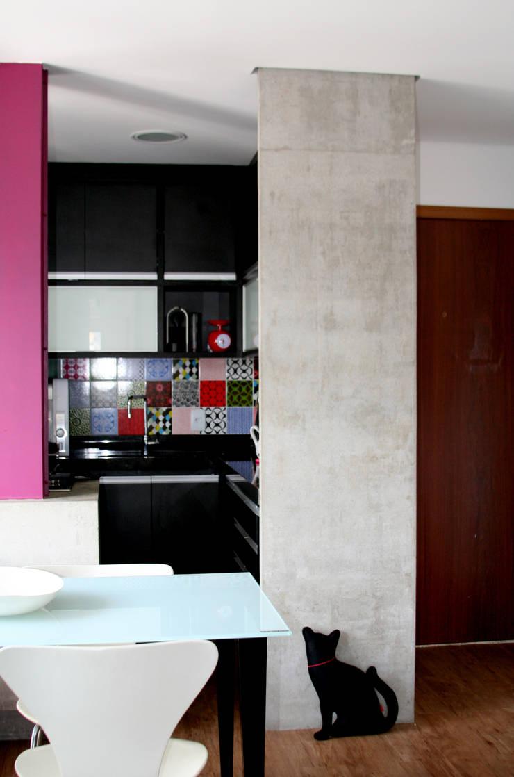 Espaços integrados 3: Cozinhas  por verso arquitetura,
