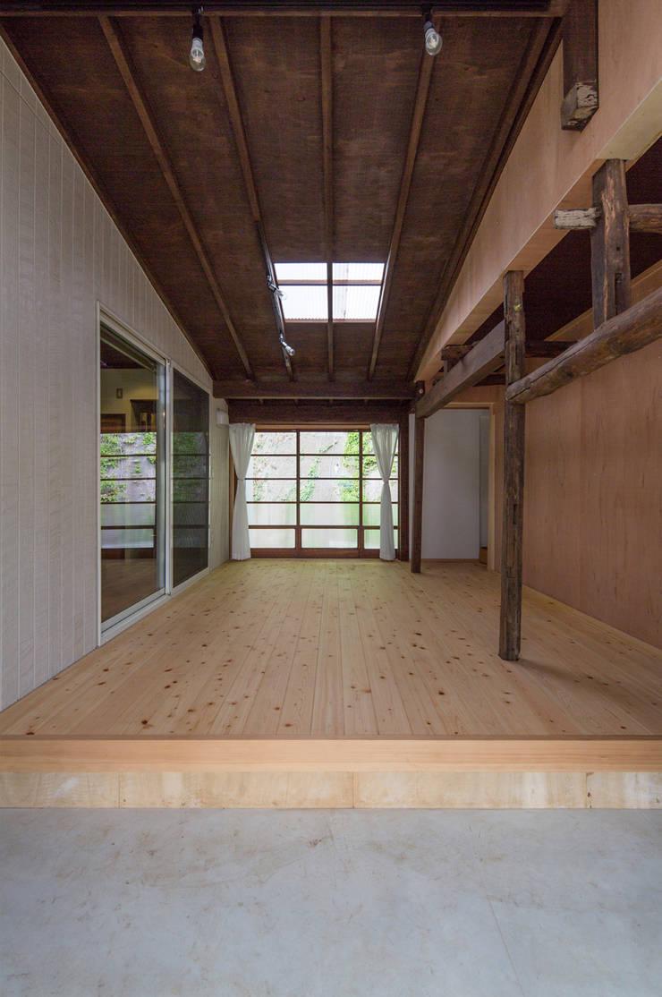 築100年の古民家再生: 【快適健康環境+Design】森建築設計が手掛けたガレージです。