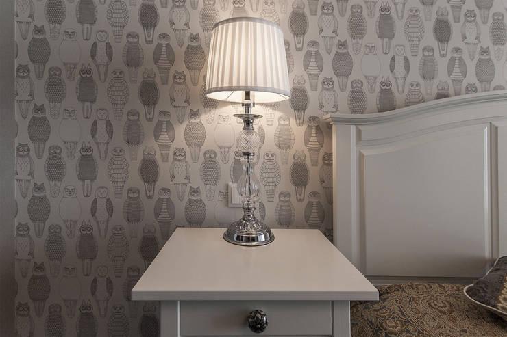 Спальня в американском стиле, настольная лампа.:  в . Автор – студия Дизайн Квадрат