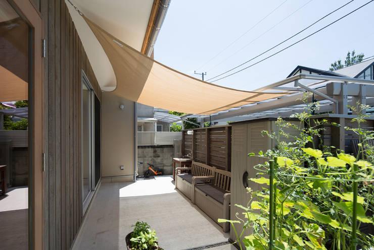 横浜の二世帯住宅 べーべキュースペース: 【快適健康環境+Design】森建築設計が手掛けた庭です。