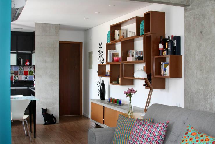 Espaços integrados 2: Salas de estar modernas por verso arquitetura