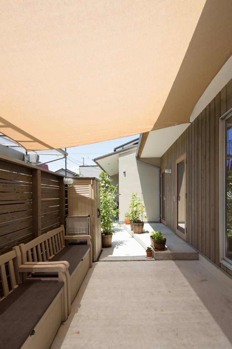 横浜の二世帯住宅 テント下の空間: 【快適健康環境+Design】森建築設計が手掛けた庭です。