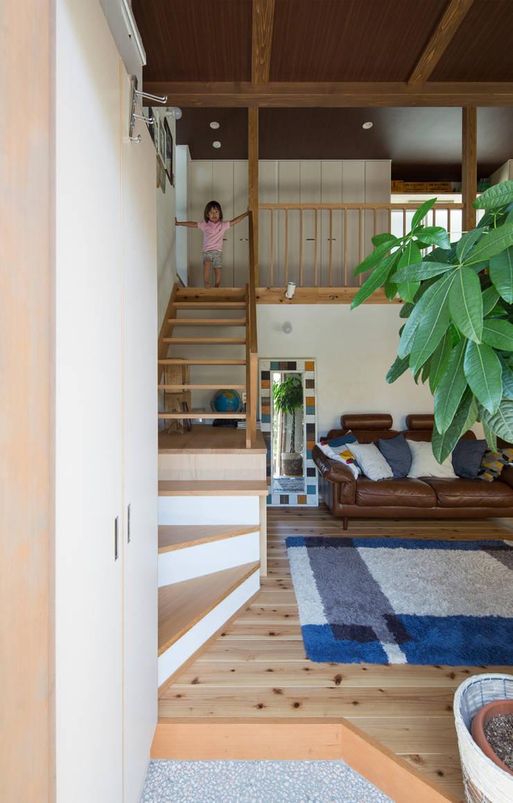 横浜の二世帯住宅 階段: 【快適健康環境+Design】森建築設計が手掛けた廊下 & 玄関です。