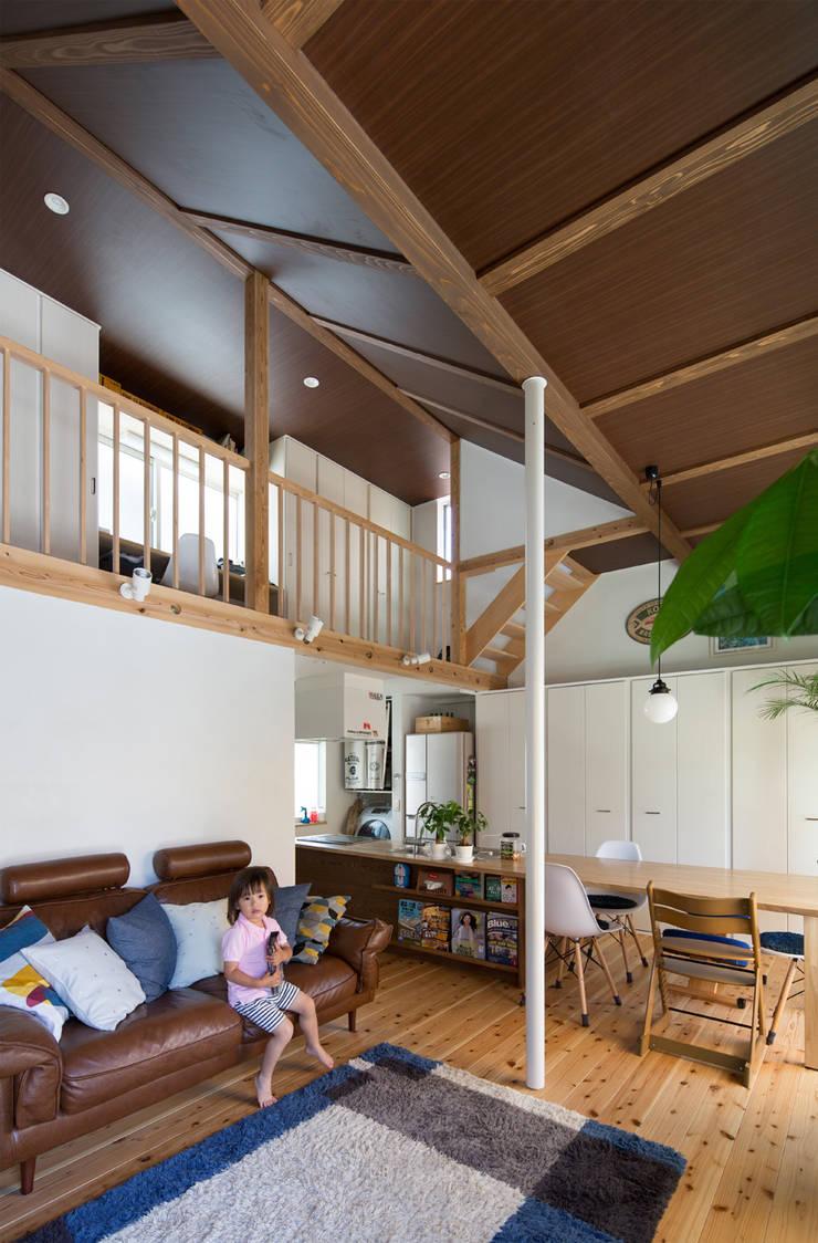 横浜の二世帯住宅 吹抜け: 【快適健康環境+Design】森建築設計が手掛けたリビングです。