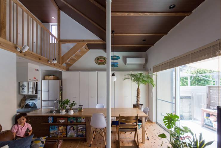 横浜の二世帯住宅 LDKスペース: 【快適健康環境+Design】森建築設計が手掛けたリビングです。