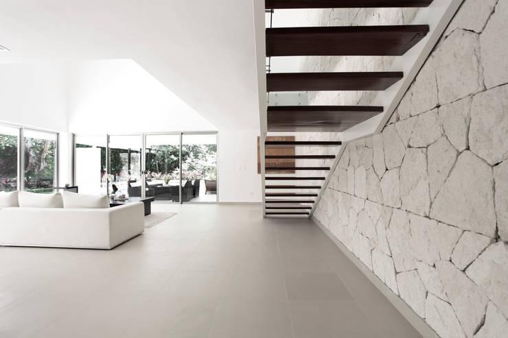 Pasillos y recibidores de estilo  por Enrique Cabrera Arquitecto