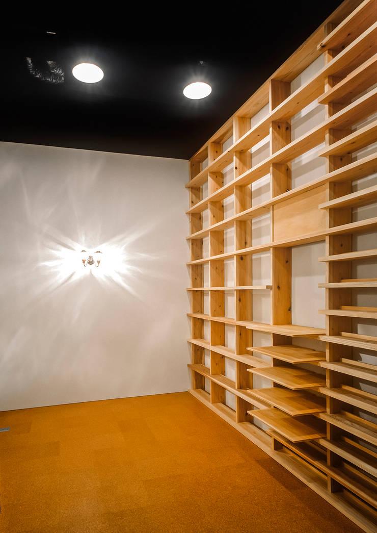 Salas de entretenimiento de estilo  por 緒方幸樹建築設計事務所, Clásico