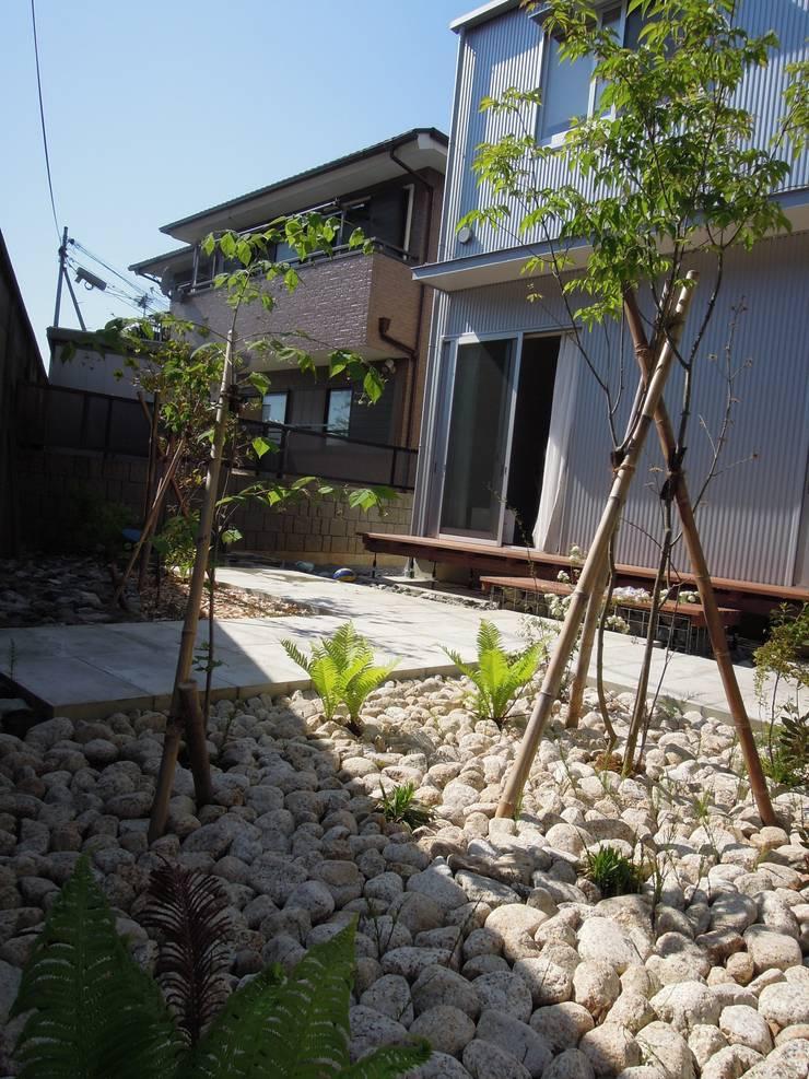 トネリコの家: 長久保健二設計事務所が手掛けた庭です。