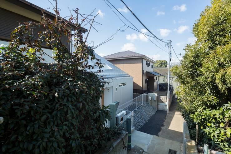 北側通路より見る: 長久保健二設計事務所が手掛けた家です。